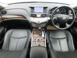 メーカー装着のHDDナビ・ETC・クルーズコントロール・社外ドライブレコーダー・オートエアコン・インテリジェントキー等を装備する運転席まわり。