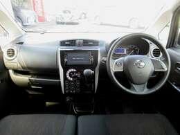 ディーラーオプションのメモリーナビ・ETC・ドライブレコーダー・オ-トエアコン・インテリジェントキ-等を装備する運転席まわり。