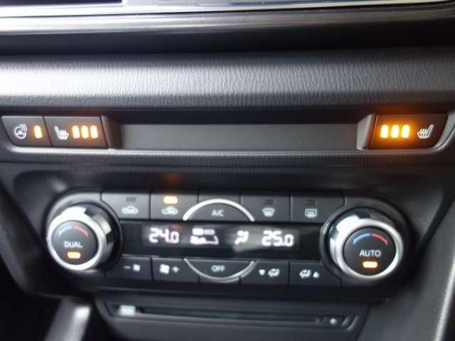 運転席/助手席独立コントロール機能付のフルオートエアコンですので個別の温度管理が可能です。上部左右のスイッチはシートヒータースイッチです。