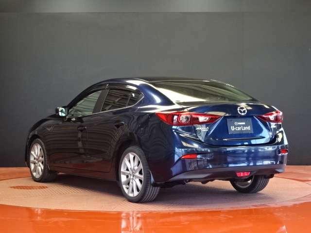 現車はディープクリスタルブルーマイカで、気品のある濃紺です。光の当たり方によってブルーが強く表現されたように見えたり、黒に近く見えたりと変化の楽しめる色です。