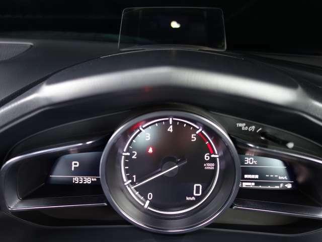 アクティブ・ドライビング・ディスプレイはメーターフード前方に立ち上がる透明な板に情報を投影することで少ない視線移動で情報が瞬間的に確認できます。視線移動等でのドライバーの負担軽減につながっています。