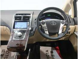 運転席周辺の画像です。内装色はアイボリー系です。