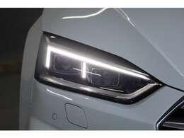 道路を煌々と照らす明るさと、優れた均質性、そして広い商社範囲。ポジショニングライトには高効率エネルギー消費を低減するLEDを採用。