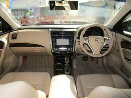 開放的で周囲が広く見渡せる運転席は車両の感覚がつかみやすくて安心安全です
