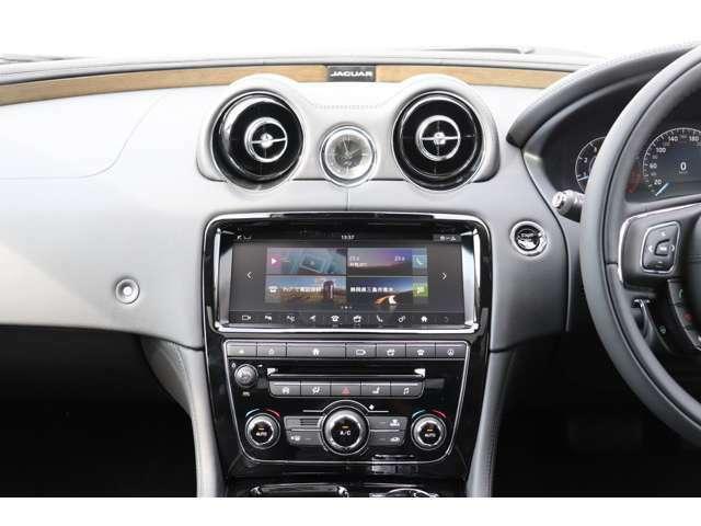 英国車らしいアナログ時計を中央に配置し、全ての操作スイッチ類が手の届く範囲に配置されています。美しさの中に、確かな実用性も兼ね備えています。