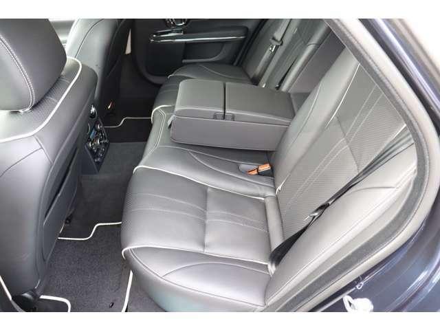 リアシートも空間的な快適性はもちろんですが、エアサスペンションがもたらす快適性は言葉にできません。是非ご体感ください。シートヒーター&クーラー完備。