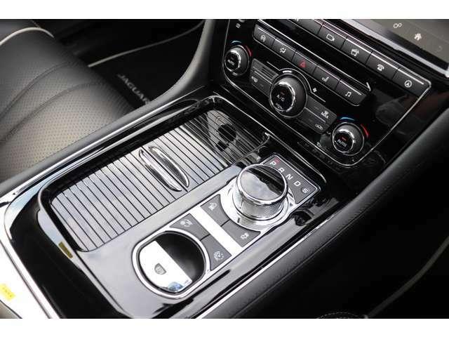 ZF社製8速ATは340PS/450NMを発生する3.0 V6エンジンのパワーを的確に路面に伝えます。「ダイナミック・モード」を選択しますと、ネコ科のジャガーがハイパフォーマンスをご提供いたします。