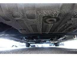ボディ下回りも大変綺麗な状態で保たれております。左右ドライブシャフトブーツの破れもなく、大きな錆や腐食、損傷なども御座いません。