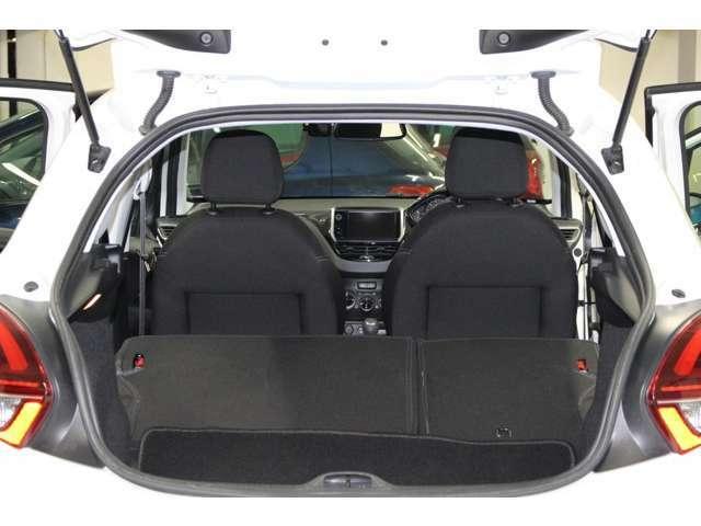 2列目のシートの背もたれの部分は、ツマミを引っ張るだけで簡単に前に倒すことが可能でございます。また、非力なお客様でも簡単に背もたれを元の位置に戻すことも可能でございます。