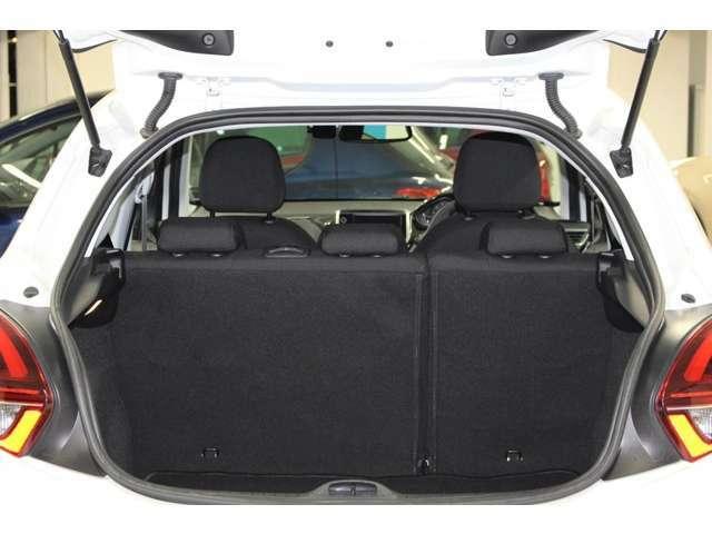 ラゲッジスペースの容量は285Lで、後部座席の背もたれの部分を前に倒しますと、1076Lの容量がございます。お買い物の際のお荷物はもちろん、ベビーカーやアウトドアの道具も積み込むことが可能でございます