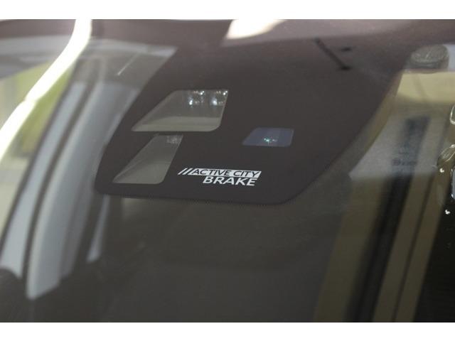 前方の車に接近しますと追突事故を未然に防ぐために反応する『アクティブシティブレーキ』が装備されてございます。今の時代にあった安全装置でございます。