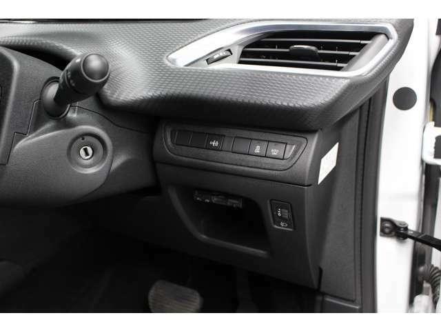 信号待ちなどでエンジンを停止させたり、再始動させたりする『アイドリングストップ』が装備され燃費向上に貢献致します。こちらの『ECO』のボタン1つで、アイドリングストップを解除することも可能でございます