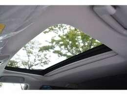 メーカーオプションのムーンルーフが装備されておりますので、車内に心地いい開放感を与えてくれます。