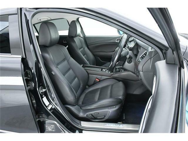 シートは高級感ある本革仕様のブラックパーフォレーション革シート♪前席左右はパワーシート搭載で好みのポジションを細かく設定可能です♪