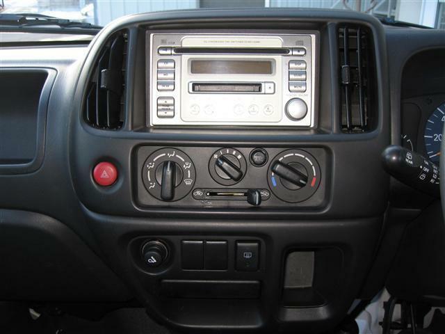 車内の隅々を手作業で丹念にクリーニング♪エアコンの吹き出し口・インパネ・ドア内側など細部まで徹底的に拘ります!