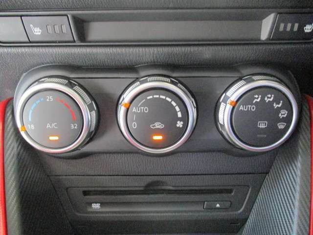 オートエアコンなので温度だけあわせていれば、室内は快適温度に!