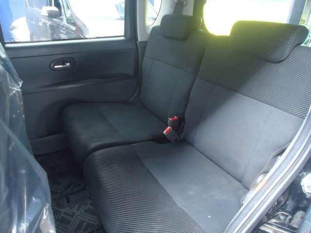 リクライニングができゆったり座れるセカンドシートが良いですよ。内装色も落ち着いた色ですのでグッドです