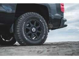 XTREME-J18インチアルミホイールにBFグッドリッチのオールテレンタイヤを装着しております!タイヤサイズは265/70R18となっております!多少の悪路であれば問題なく走破可能です!