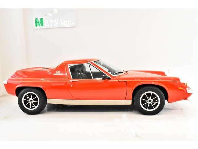 1971年10月に発表されたタイプ74は市場から寄せられたモアパワーの声に応えて生まれたロータスヨーロッパの最終進化型といえるモデルである。126馬力を発揮するビックバルブ・ツインカムエンジンに対応するため