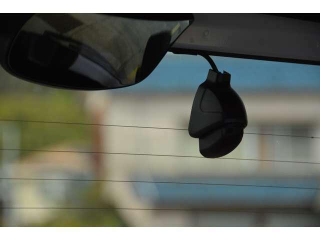 ホンダ純正ナビ・スマートフォン連動タイプのドライブレコーダーと、後方の録画と駐車時録画モードをプラスする後方録画カメラを追加取付けします。前方の映像と同期した後方の映像が録画できます。
