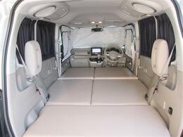 長さ2050mm最大幅115mmのスペースが専用ベッドマットで作れます。ホンダ純正前面シェード装備。残りのガラス面は遮光カーテンでプライバシー空間が作れます。