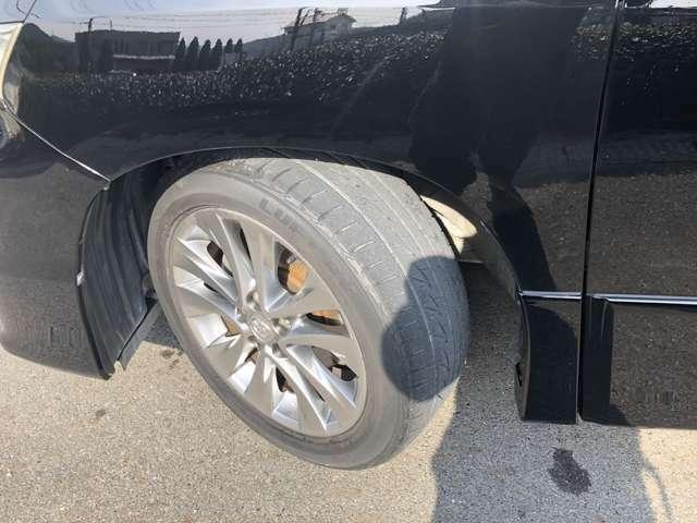純正アルミホイールです。タイヤの溝はこんな感じです。