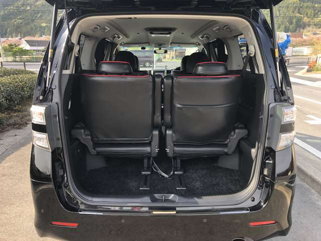 荷物スペースもちゃんとあります。大きい荷物はサードシートをたためば載せれます。
