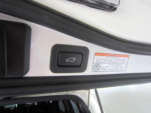 こちらもメーカーオプションのパワーバックドア♪ボタン一つで楽々開閉できます♪