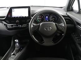 シックな色使いの運転席周りですね。すっきりとしたデザインで上品な色使いです。居心地の良い運転席、長く座ってられるリラックスできるデザインがいいですね