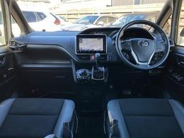 【 前席全体 】落ち着きのある空間ながらもハーフレザーシート採用で高級感も兼ね備えています!