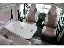 運転席、助手席が回転することにより、広々とした空間を実現しています。テーブルは、必要に応じて折りたたみ・取り外しができます。