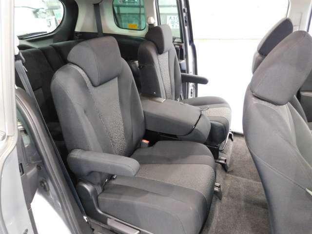 2列目は1席ずつ分かれたアームレス付きのキャプテンシートにしているので、それぞれがゆったりと快適に過ごせるシートになっています。