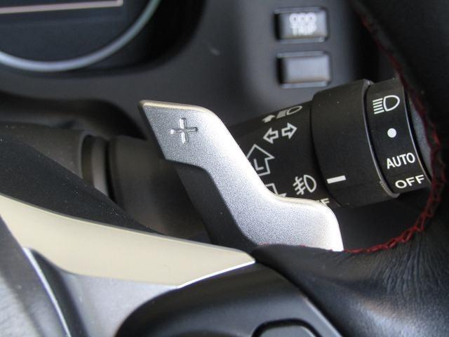 【パドルシフト!】ステアリングを握りながら人差し指または中指でパドルを操作して、シフトチェンジするものです。 AT車でもマニュアル感覚を楽しむことができます。