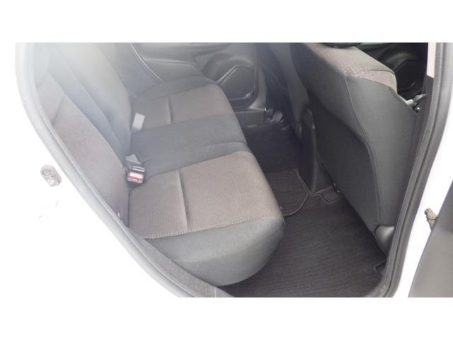 ★リアシート★ コンパクトカーとは思えない後席のゆとり!ひざまわり、頭上にもしっかりとゆとりがありますので、後部座席でも快適なドライブがお楽しみいただけると思います☆