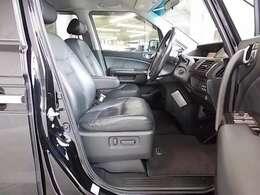 全席黒レザーシート・運転席には、パーワーシート