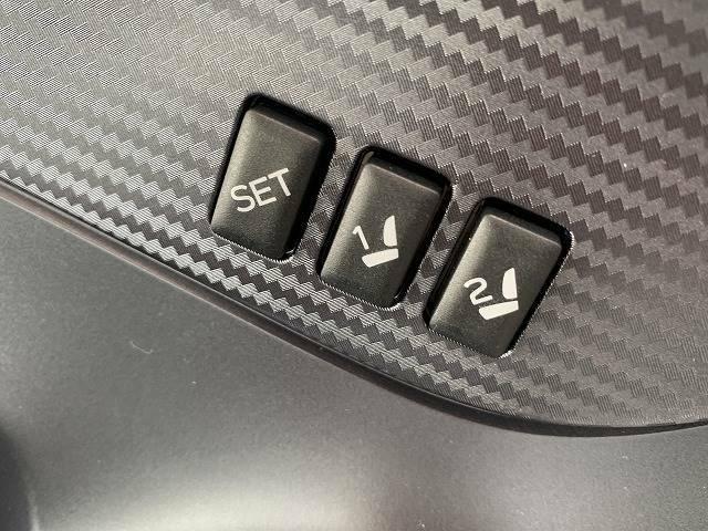 スイッチを操作することで電気モーターが前後スライドや座面の高さ、背もたれの傾きを調整してくれます。