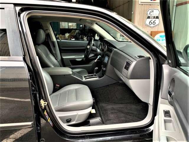 助手席側も運転席同様シートは使用感があり多少のシワは御座いますがその他は破れや汚れ等無くとても綺麗な状態です。