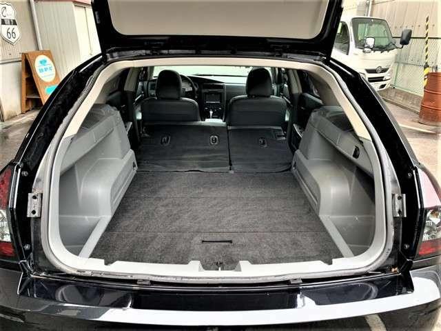 トランクスペースは意外と広くゴルフバックも楽々積み込み可能で、後部座席を倒しフラットにすることも可能ですので大きな荷物も積み込み可能です。