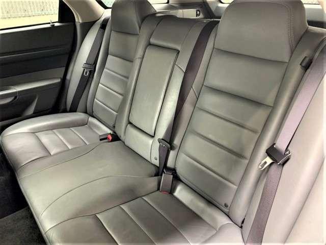 後部座席は使用感もなくとても綺麗な状態で、破れや目立った汚れ等もございません。