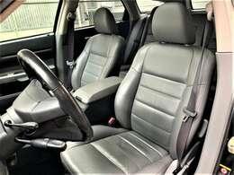 運転席はシートは使用感があり多少のシワは御座いますがその他は破れや汚れ等無くとても綺麗な状態です。