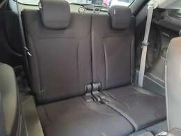 3列目のシートのお写真です。シートを倒すことで収納スペースが確保できます♪