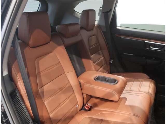 後部座席の中央部には格納式のアームレストが付いています。