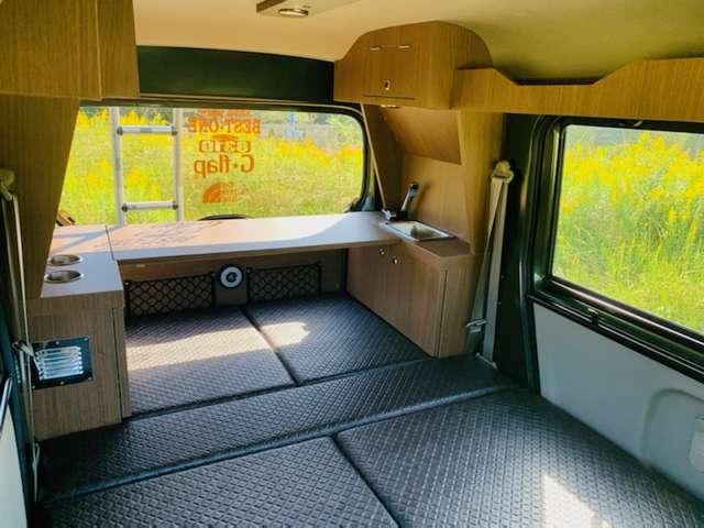 テーブルは車内・外で使用可能!また、就寝時は荷物置きとしても使用できる、とても便利なマルチテーブルです!