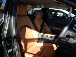 【シート】高級感溢れる車内を演出する【茶革シート】です。