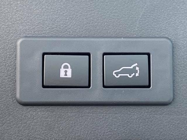 ワンタッチで開閉可能な【パワーバックドア】。リアハッチドアの開閉が非常に便利ですよ。【電動リアゲート】ボタンひとつで大き