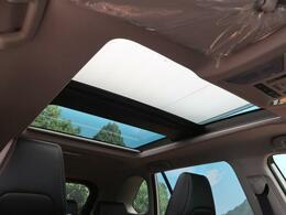 大人気オプション装備!!【マルチパネルムーンルーフ】開放的なルーフで爽やかな風や穏やかな陽の光が車内に差し込みます☆
