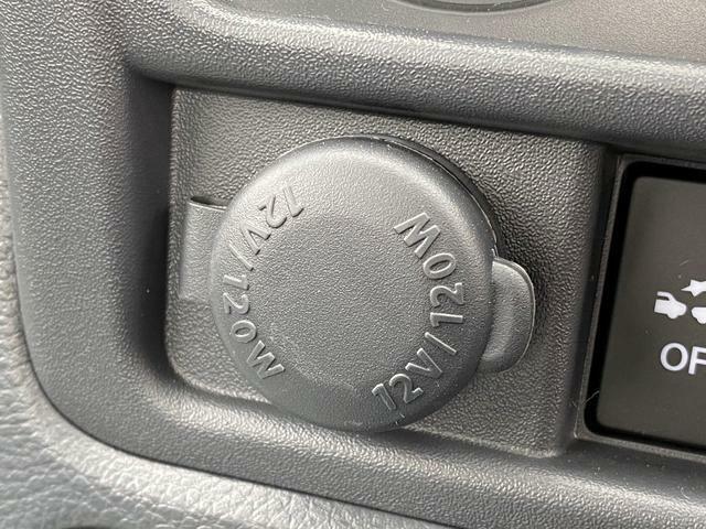 [アクセサリーソケット]こちらから電源が取れますので、車内での電化製品のご利用ができます♪100円均一のお店で、ソケットに対応スマホの充電器も売っています!万が一の際も安心ですね。