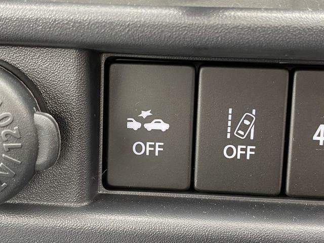 車線逸脱警報機能 60Km~100Kmで走行中、左右区画線を検知して道路を予測。車線をはみ出すと判断した場合にブザー音とメーター内の表示・非表示灯よって警報を発し、ドライバーに注意を促します。