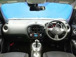 ドライバーの視界にボンネットフード、フロントコンビランプを配置することにより車両感覚がつかみやすく、優れた取回し性を実現しているインテリア