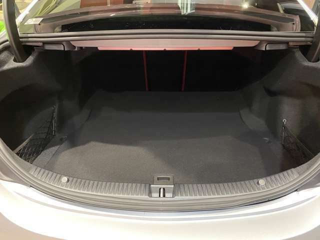 大容量ラゲッジルームへ◆リヤシートを倒すと滅多に積まない大きな荷物も積み込めるスペースへ変わります。